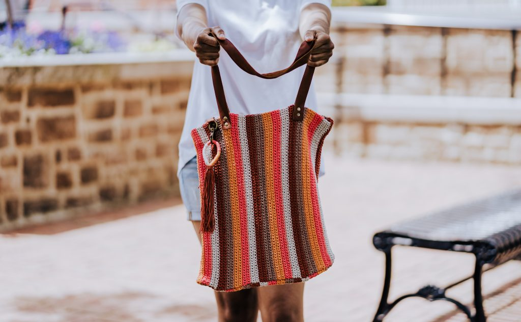 Make the Catalina Tote, a FREE crochet pattern for this fun summer carryall made from cotton and hemp yarn. Pick your favorite yarn from your stash, grab a metal accents, and you'll have the perfect tote bag in no time. | TLYCBlog.com